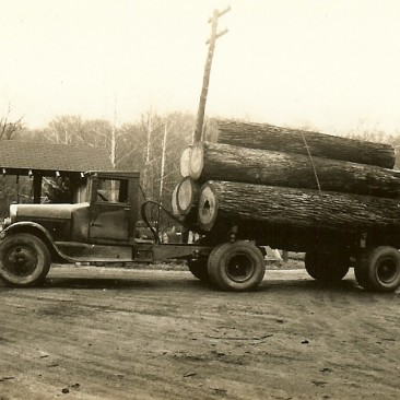 Nice veneer logs.  Does anyone know what year and make the truck is?
